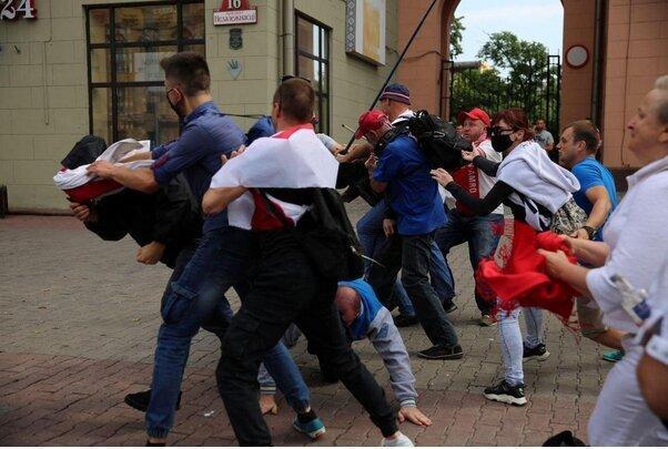 سورپرایز معترضان برای لوکاشنکو: تولدت مبارک، وطن فروش، عکس