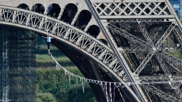 نمایش نفس گیر قهرمان بندبازی دنیا روی برج ایفل